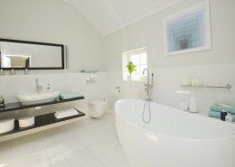 Wystrój białej łazienki - home staging - Stage It Up