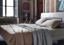 Łóżko ze skórzanym wezgłowiem - Poltrona Frau