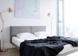Jasna, minimalistyczna sypialnia