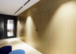 Jasne drewno w minimalistycznym holu - Dragon Art