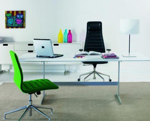 Kolorowe akcenty w jasnym biurze - Nemo
