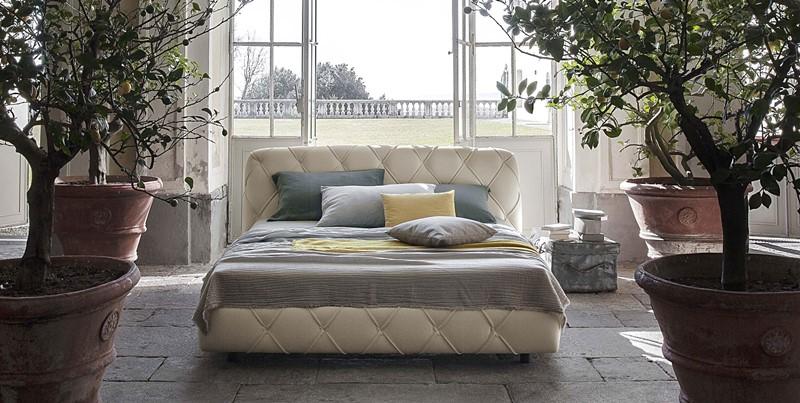 Pikowane łóżko wykończone skórą - Poltrona Frau