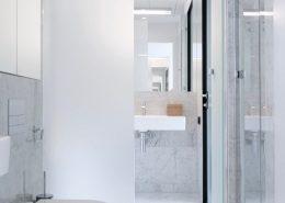 Wąska łazienka w kamieniu - Kando Architects