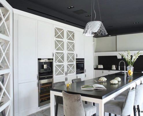 Biało-czarna kuchnia w stylu modern classic