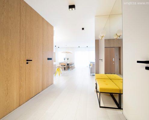 Drewno i biel w minimalistycznym przedpokoju - Minimoo