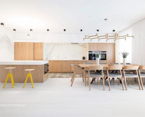 Duża, otwarta kuchnia na salon i jadalnię - Minimoo