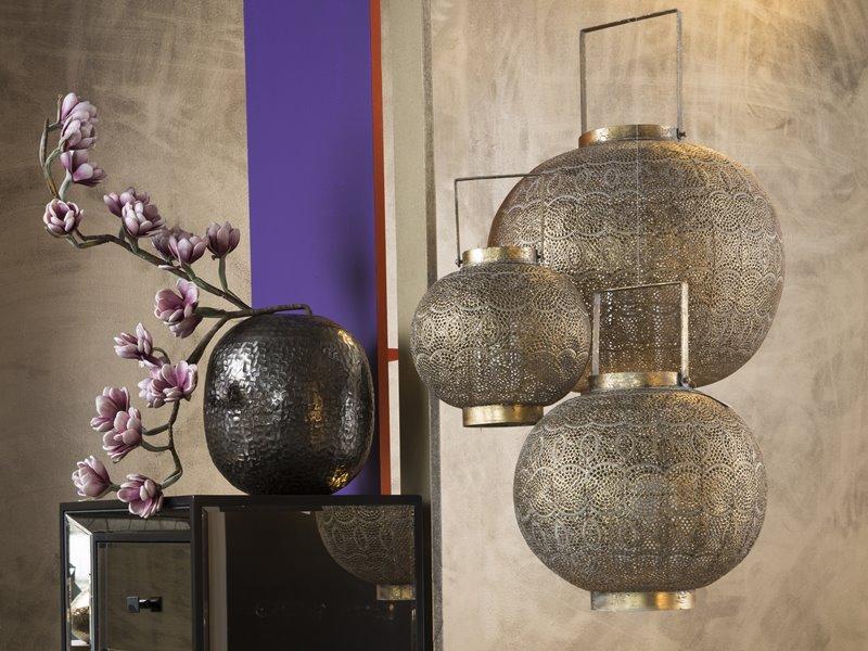 Metalowe lampiony w salonie
