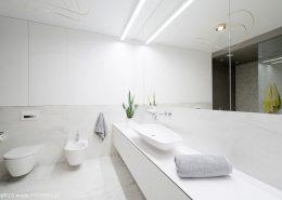 Naturalny kamień w białej łazience
