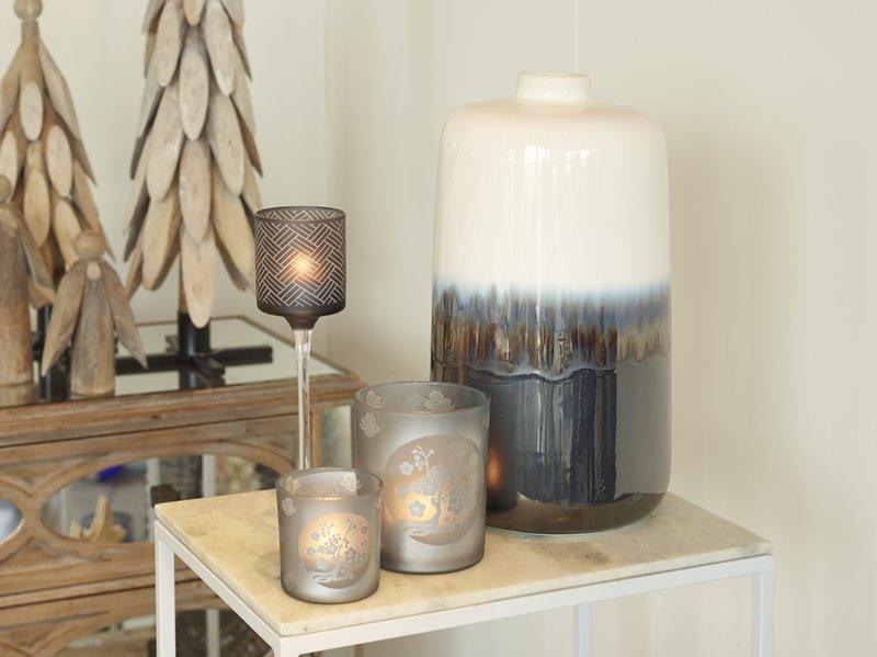Szare lampiony w salonie