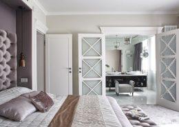 Szaro-biała sypialnia z łazienką - modern classic