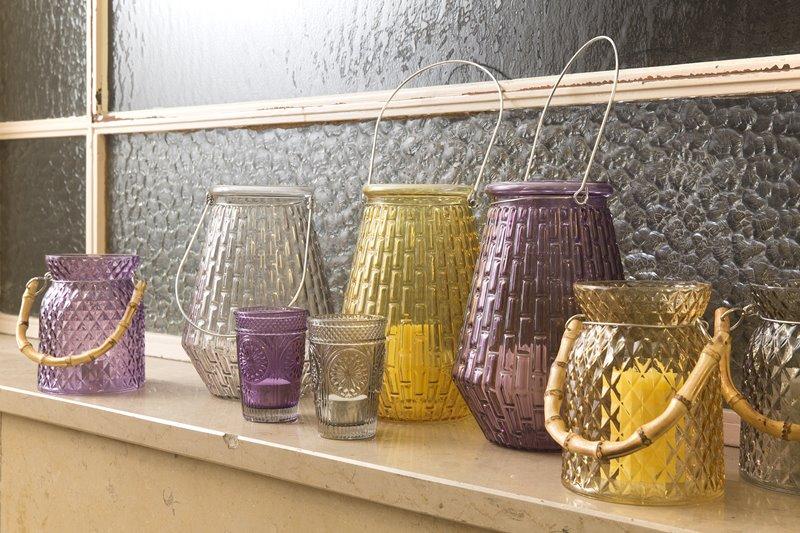 Szklane lampiony w salonie