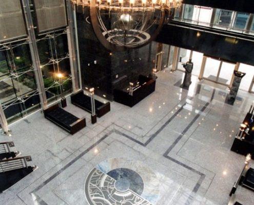Aranżacja dużego holu przestrzeni biurowej