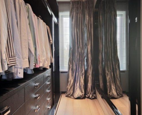 Aranżacja wąskiej garderoby