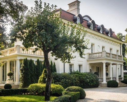 Duża rezydencja w klasycznym stylu
