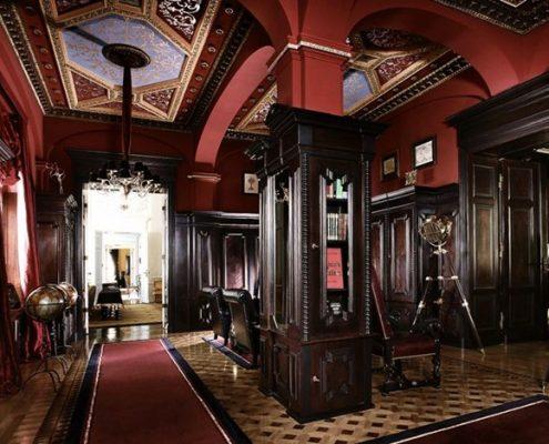 Duży hol w stylu pałacowym