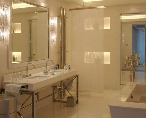 Elegancki pokój kąpielowy w bieli