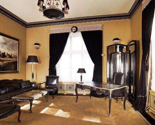 Gabinet w stylu francuskim w brązowo-beżowym wydaniu