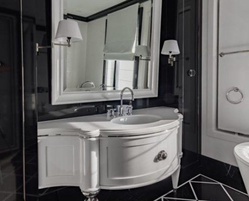 Klasyczna, czarno-biała łazienka z prysznicem