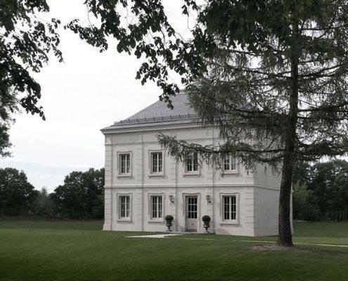 Klasyczna rezydencja w bieli