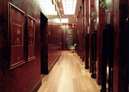 Klasyczny korytarz w przestrzeni biurowej