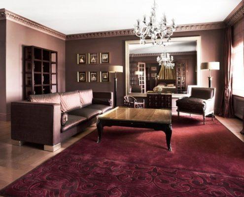 Klasyczny pokój dzienny w fioletach i różu