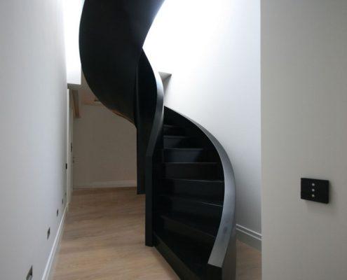 Spiralne, nowoczesne schody w korytarzu