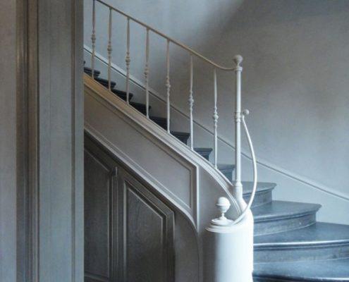 Wąski hol w klasycznej rezydencji