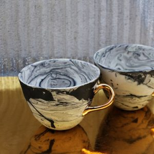 Ceramiczna filiżanka Magma ze złotym uchem