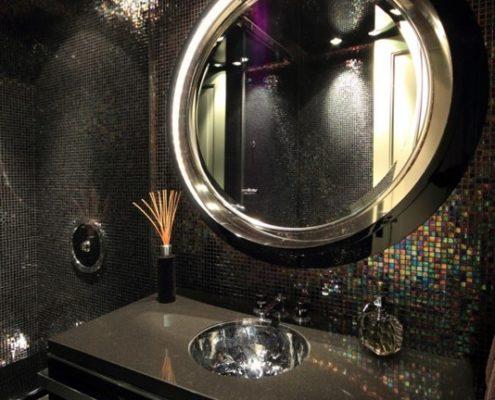 Czarna łazienka pokryta drobną mozaiką