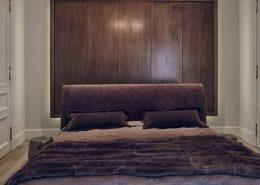 Drewniane panele za wezgłowiem łóżka