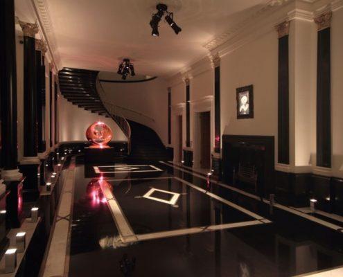 Duży, klasyczny hol w rezydencji