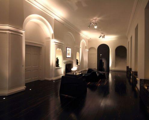 Eklektyczne korytarze we wnętrzu rezydencji