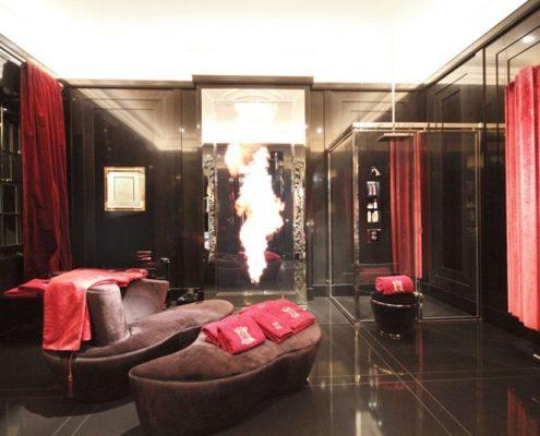 Ekskluzywny pokój kąpielowy w czerni i czerwieni