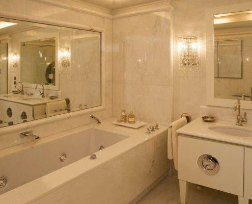 Elegancki pokój kąpielowy w białym kamieniu