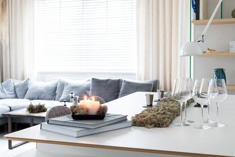 Jasny salon z jadalnią w skandynawskim stylu