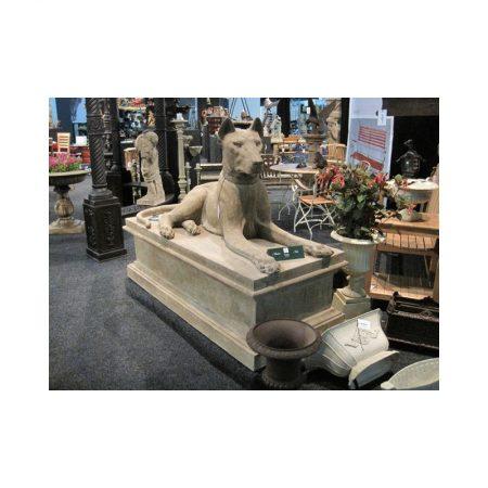 Rzeźba z kamienia pies na postumencie Livingstone Terrasso