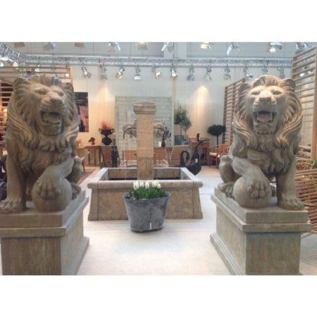 Rzeźba z kamienia lew na postumencie Livingstone Terrasso