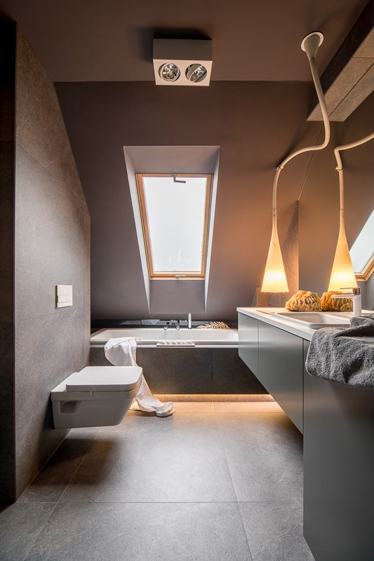 Szara łazienka z wanną na poddaszu