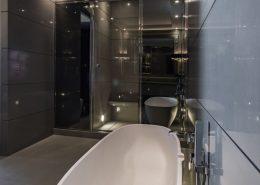 Szarości w nowoczesnej łazience z wanną i prysznicem
