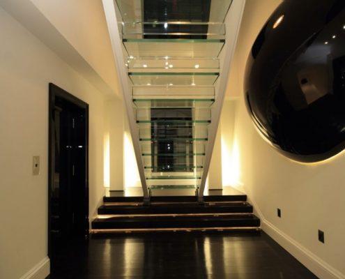 Szklane schody w oryginalnym holu