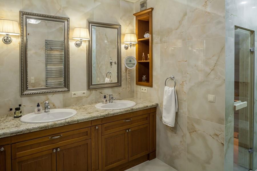 Kamień i drewno w klasycznej łazience