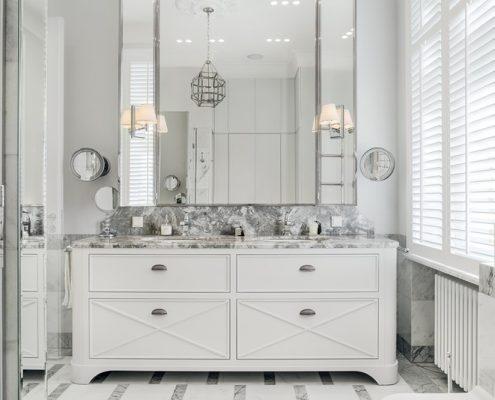 Połyskliwa łazienka w stylu modern classic