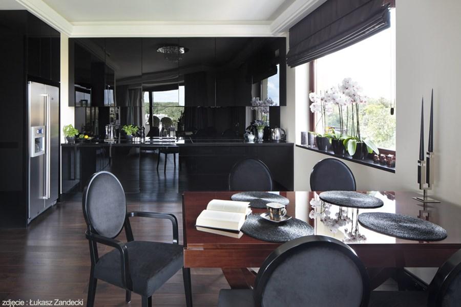 Czarne meble kuchenne w jadalni w stylu art deco