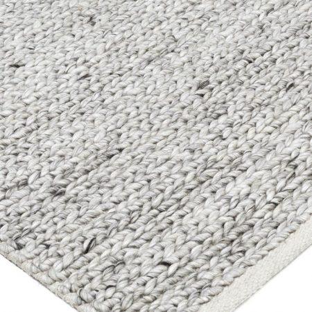 wełniany dywan w salonie