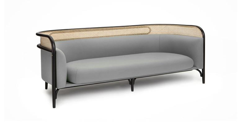 Klasyczna sofa z elementami z rattanu