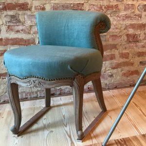 Klasyczne krzesło z zieloną tapicerką