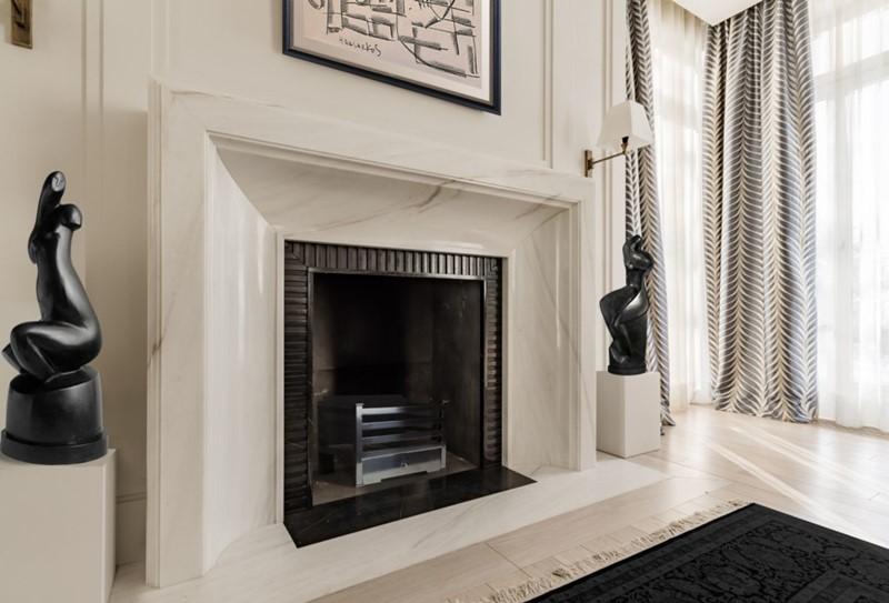 Kominek dekoracyjny w stylu modern classic, proj. O&O European Design