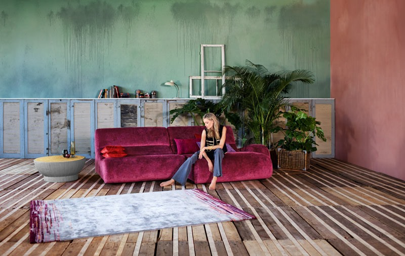 Amarantowa zamszowa sofa