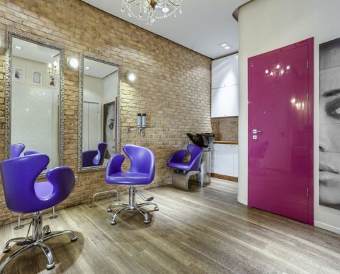 Salon fryzjerski z nutą koloru