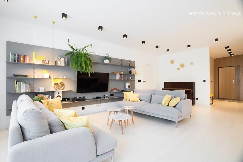 Salon w szarościach w minimalistycznym stylu, proj. Minimoo – architektura wnętrz